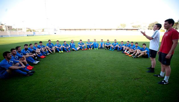 David Ruiz, entrenador de la Peña Sport, da una charla táctica a sus jugadores en un entrenamiento de esta semana.