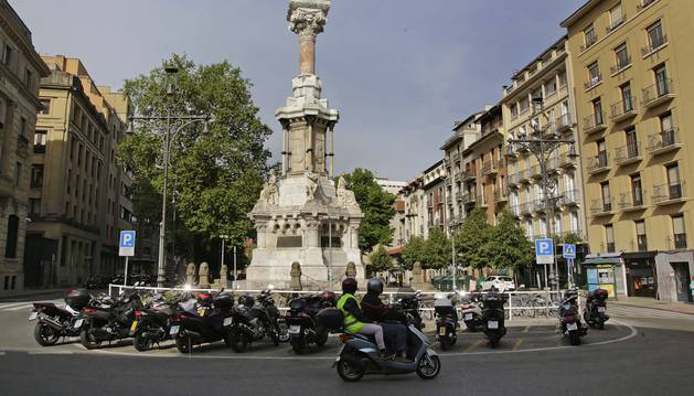 Varias motocicletas y scooters aparcadas junto al monumento de los Fueros en el Paseo de Sarasate.