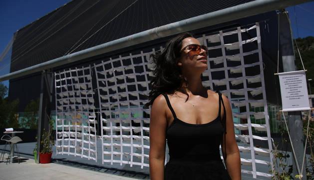 María Luisa Portuondo ayer, en el exterior del Centro Huarte. Detrás, la red con los más de ochocientos secretos que ha ido recabando en varias ciudades del mundo.