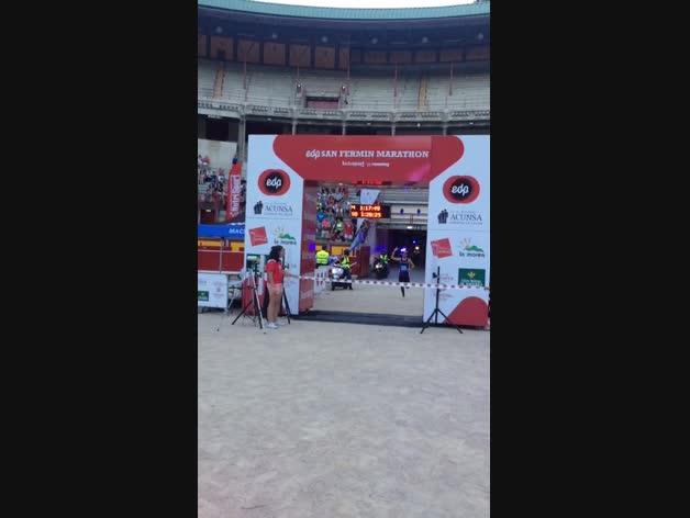 Llegada del campeón de la carrera de 21k