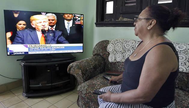 Una mujer observa el discurso del presidente de Estados Unidos, Donald Trump, en su vivienda en La Habana (Cuba).