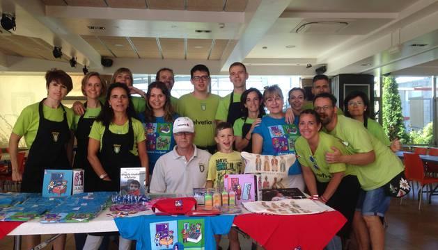 Equipo de voluntarios de Anaitasuna que organizó el evento, junto con las voluntarias de ANA Nati Alvárez y Mireia Vigor.