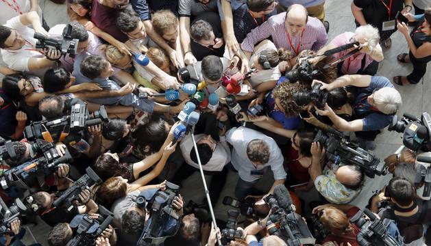 Los medios rodean y cuestionan al miembro de la ejecutiva Patxi Lopez