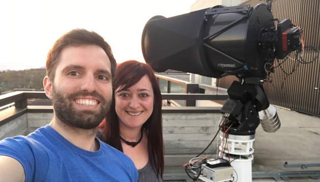 El pamplonés Santiago Erroz, junto a una alumna de la universidad en la que trabaja, en prácticas de telescopio.