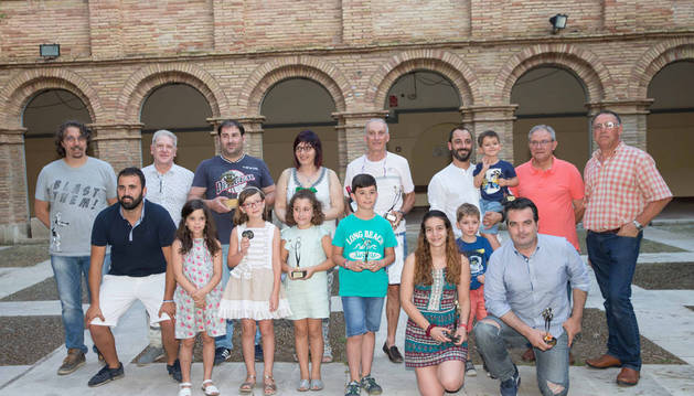 Iñaki Cornago, tercero por la izda. de pie, junto al resto de premiados, autoridades y organizadores.