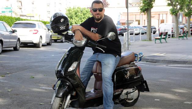 Eduardo Ramírez posa en el barrio de San Jorge sobre su Keeway Zahara.