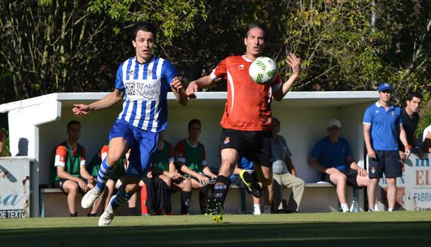 El defensa y segundo capitán, Iván García, pelea por el balón con un rival en el partido ante el Náxara disputado ayer