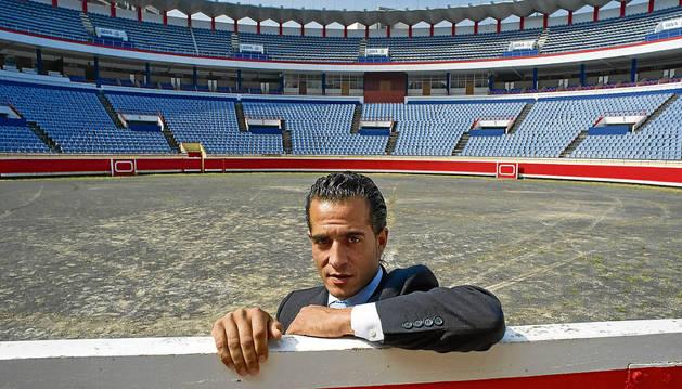 Iván Fandiño, apoyado en la barrera de la plaza de toros de Vista Alegre, en Bilbao.