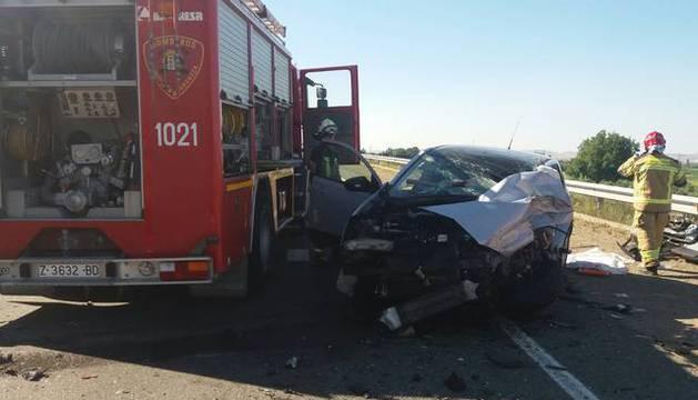 Imagen del estado en el que han quedado el coche y el camión accidentados.