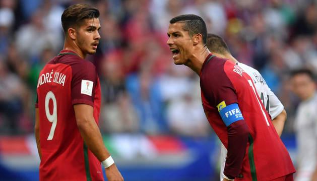 Ronaldo junto a André Silva durante el partido