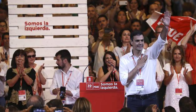 Pedro Sánchez saluda a los afiliados y simpatizantes durante el acto de clausura del 39 Congreso Federal del PSOE.