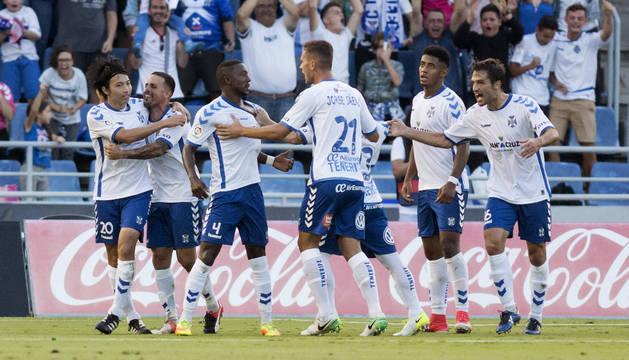 Los jugadores del Tenerife celebran su gol