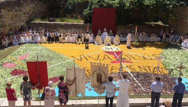 Cientos de personas contemplaron en Estella la alfombra floral de 120 m2 en la plaza de San Nicolás, junto a la iglesia de San Pedro de la Rúa.
