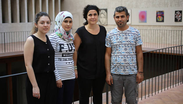 Sofía Zamalloa, abogada CEAR Navarra; Soultana Sherou y Ahmad Hammod e Idoia Oneca, coordinadora territorial de CEAR Navarra.