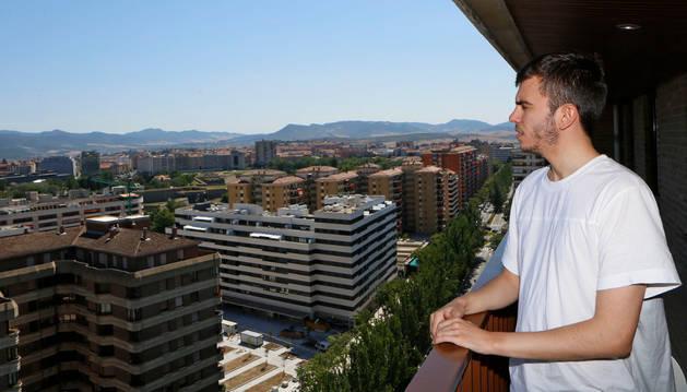 Desde el salón de su vivienda, en el piso 18 del Edificio Singular, señala al horizonte Miguel Javier Ayestarán Domínguez de Vidaurreta.