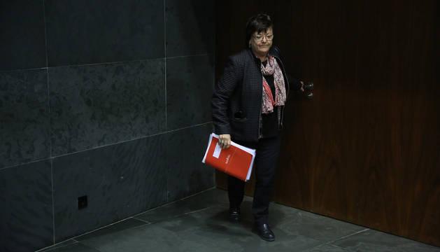 La consejera de Interior, María José Beaumont, entrando al salón de plenos del Parlamento.