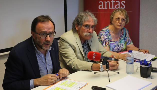 Gerardo Posada Laca (director de Anfas), Javier Goldáraz Prados (presidente) y Maribel Murillo, madre afectada.