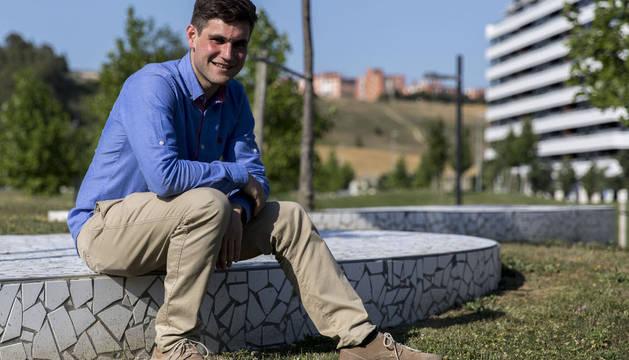 Luis Iturriría, jugador y capitán del Baztan sonríe ayer en el parque Alfredo Landa de Pamplona.