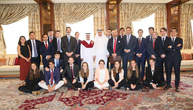 La expedición de la UN impuso la beca de honor al Ministro de Cultura de Emiratos Árabes, el Jeque Nahyan bin Mubarak, en su residencia en Dubái.