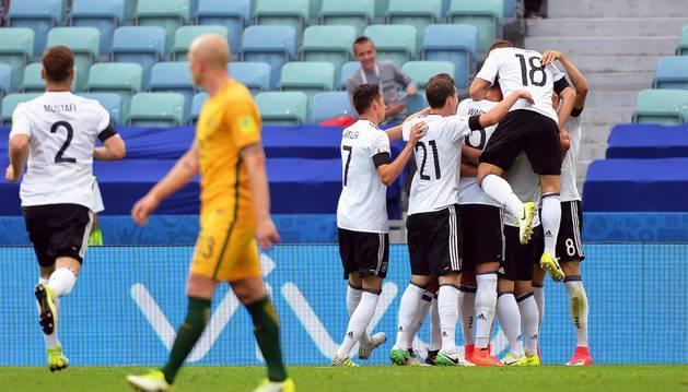 Los futbolistas de la selección alemana celebran el 1-0 ante Australia