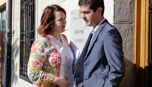 La presidenta del Parlamento, Ainhoa Aznárez, conversa con el alcalde de Alsasua, Javier Ollo, de Geroa Bai.