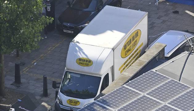 Vista de la furgoneta que se sospecha se utilizó en el ataque perpetrado cerca de la mezquita de Finsbury Park.