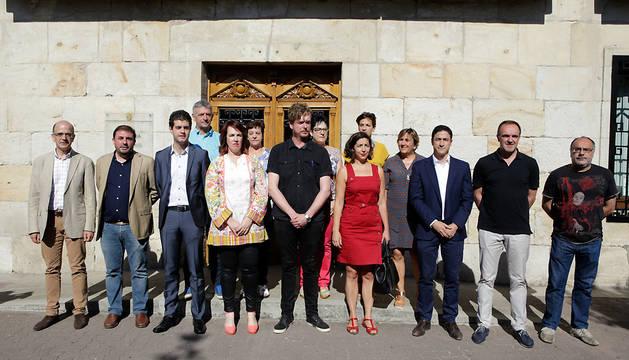 Foto de grupo de todos los participantes en la Mesa y Junta de Portavoces de este lunes celebradas en Alsasua.
