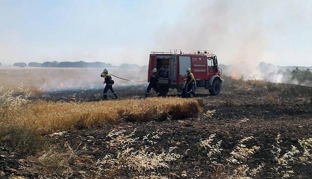 Tareas de extinción del incendio de Carcastillo.