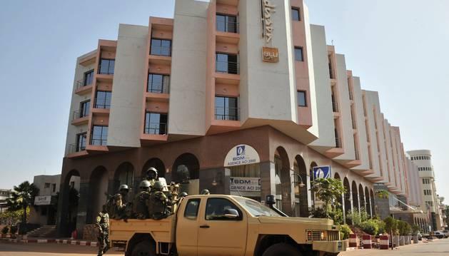 Foto de una patrulla del ejército maliense a su llegada al hotel.
