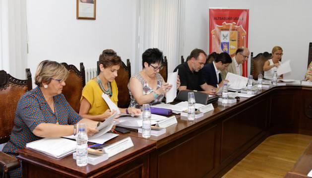 Foto de la Mesa y Junta de Portavoces del Parlamento foral en su sesión de este lunes, en Alsasua.