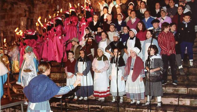 El coro de mayores y el de niños cantan juntos en la cabalgata de Bera.