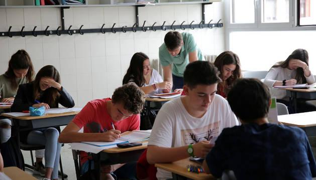 Imagen de alumnos de 4º de ESO de Jesuitas que suspendieron alguna materia repasando en clase, el 9 de junio.