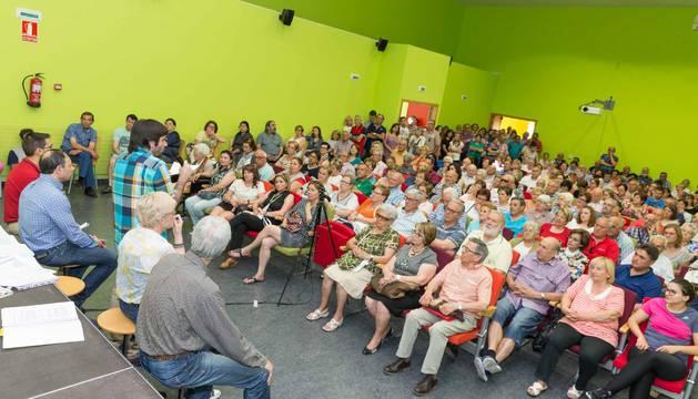 Instante de una de las reuniones informativas celebradas entre Ayuntamiento y vecinos de Lourdes.