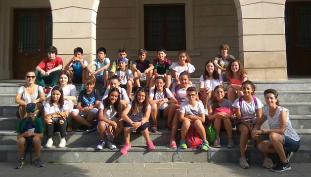 Imagen de alumnos de 6º de Primaria del colegio público en una de las vistas turísticas que propone la aplicación.