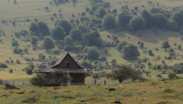 Imagen de una de las cabañas que se ha construido para formar parte de los decorados del rodaje.
