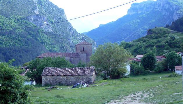 Parroquia de San Pedro apóstol, en Burgui (Roncal). En 1784 el vicario puso en conocimiento de la Inquisición las actividades extravagantes de un soguero de paso por la villa.