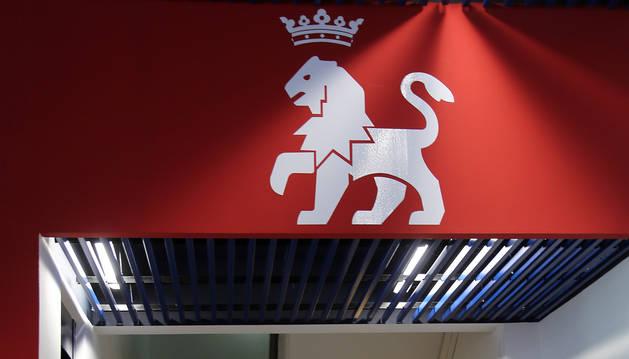 El león del escudo de Osasuna preside las escaleras de acceso a la planta noble de El Sadar.