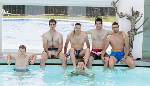Unai Laso, Iñaki Etchegoin, Víctor Esteban, Iker Tainta, Mikel Larunbe y Asier Agirre durante su estancia en el hotel Sercotel Villa de Laguardia.