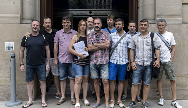 Representantes sindicales de Policía Foral y de las policías locales, con las firmas contra la ley, en la puerta del Parlamento.