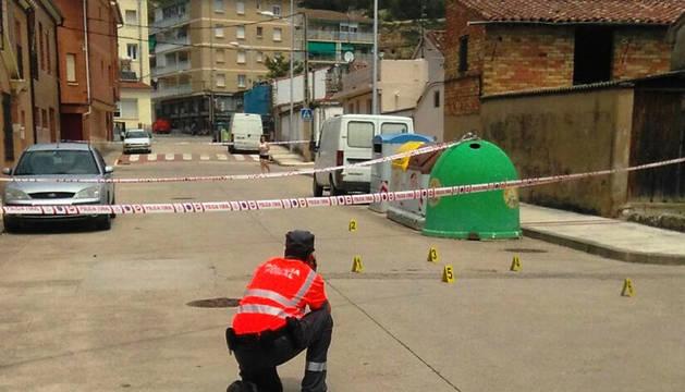Un policía foral, en el lugar del atropello en Lodosa.