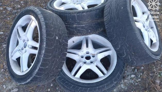 Foto de las ruedas y llantas robadas.