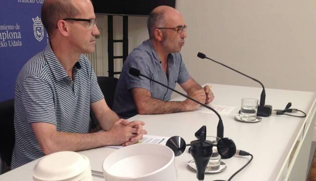 Mikel Baztan y Joxe Abaurrea con algunos de los nuevos dispositivos.