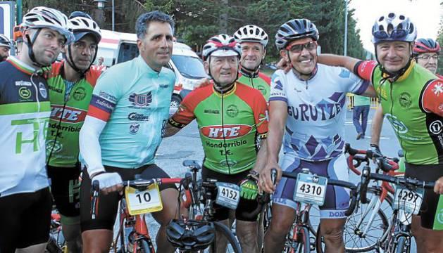 Miguel Vidaurreta (4157) a la izquierda de Miguel Induráin, rodeados de otros cicloturistas antes de la salida de la Quebrantahuesos, el sábado en Sabiñánigo.