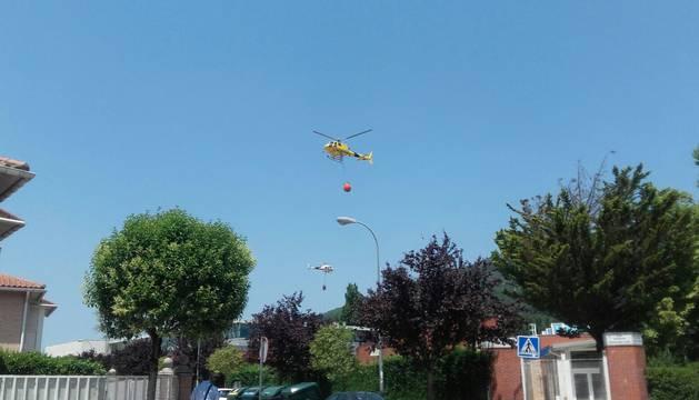 Un helicóptero trabaja en la zona del incendio.