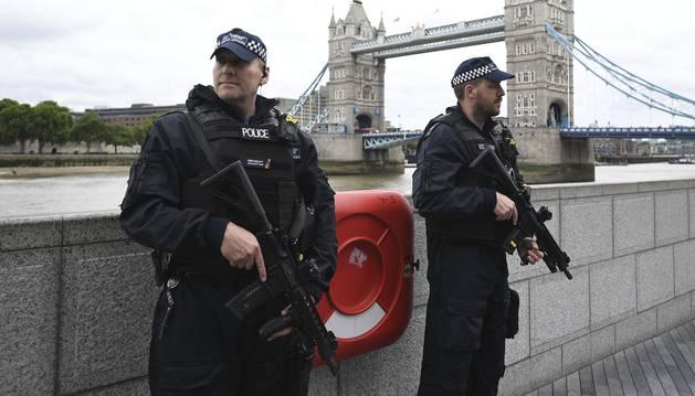 Foto de policías junto al Puente de Londres.