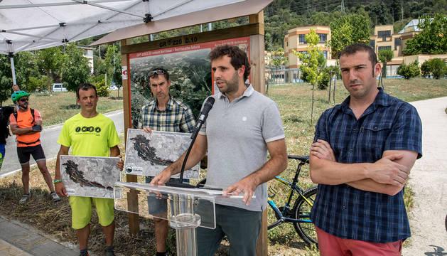De izquierda a derecha, Javier Camarero (delegado en Navarra de IMBA), Jesús Úriz (Federación Navarra de deportes de montaña y escalada), Aritz Ayesa (presidente de la Mancomunidad de la Comarca de Pamplona y Raúl Maiza (alcalde de Berriozar).