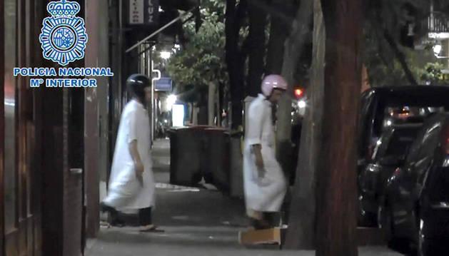 Foto de dos de los tres presuntos yihadistas marroquíes detenidos en Madrid, momentos antes de su detención.