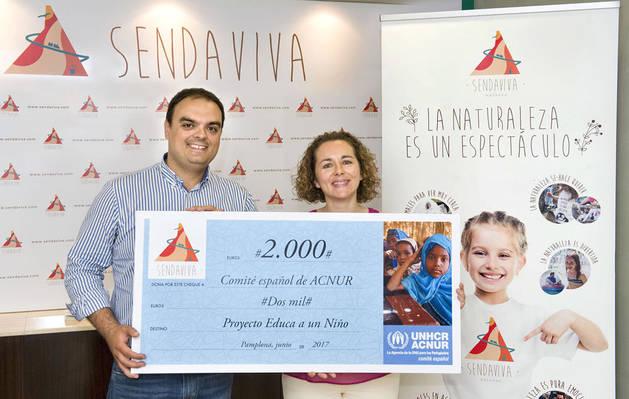 Imagen del gerente de Sendaviva, Rubén González, y la coordinadora de la delegación de Navarra de ACNUR, Yolanda Andueza, en el momento de la entrega del cheque simbólico.