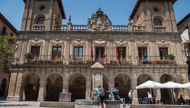 Atropella a cinco jóvenes en Viana durante una maniobra y da positivo