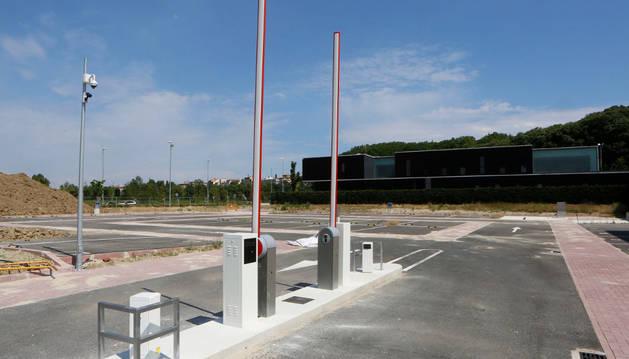 En el acceso al aparcamiento ya están instaladas las barreras y también las cámaras de videovigilancia en las farolas, falta el mobiliario para los usuarios y la jardinería.